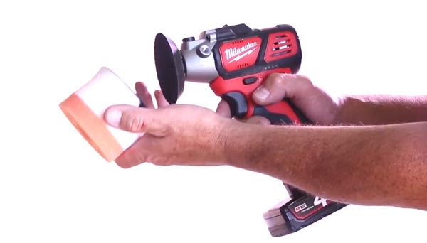 Positionnement du nettoyant pour phares sur une lustreuse